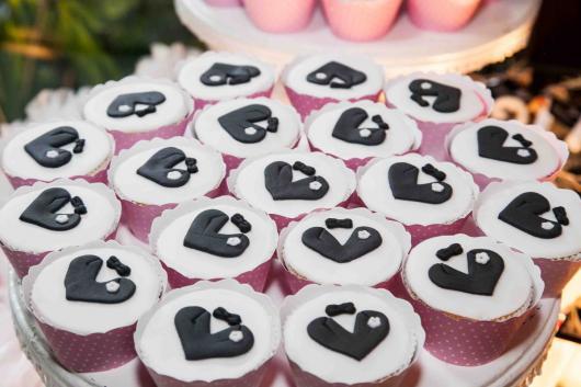 Cupcake para Casamento com aplqiue no formato da roupa do noivo