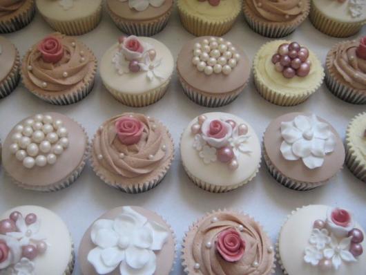 Cupcake para Casamento com flores e pérolas