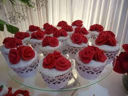 Cupcake para Casamento com flores vermelhas