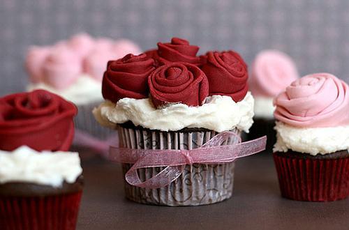 Cupcake para Casamento decorado com rosinhas e lacinho