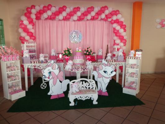 Decoração da Gatinha Marie com displays e cortina rosa
