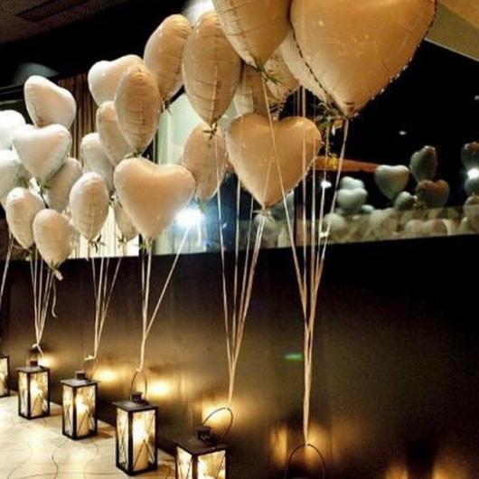 Decoração Dia dos Namorados com balões de coração brancos