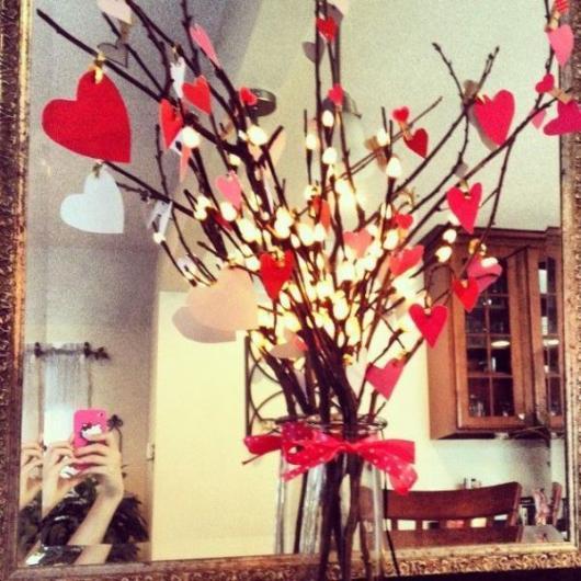 Decoração Dia dos Namorados de papel galho com corações