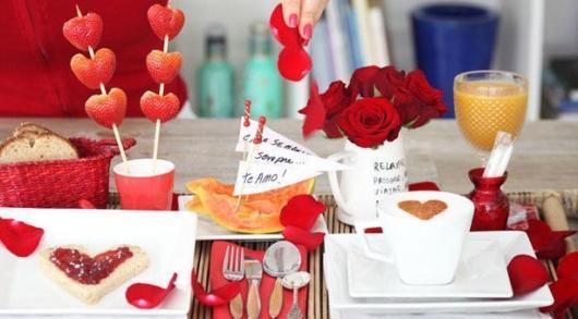 Decoração Dia dos Namorados simples morango no formato de coração