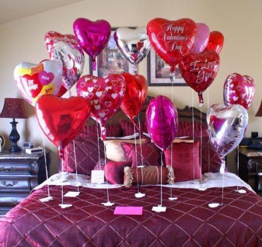 Decoração Dia dos Namorados com balões na cama