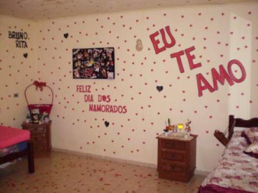 Decoração Dia dos Namorados simples parede com apliques de papel