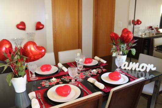 Decoração Dia dos Namorados no jantar com balões de coração