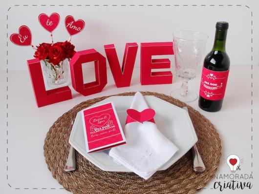 Decoração Dia dos Namorados no jantar com enfeites personalizados