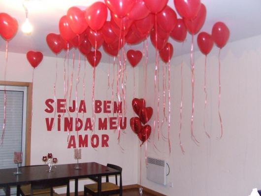 Decoração Dia dos Namorados com balões no teto e frase na parede