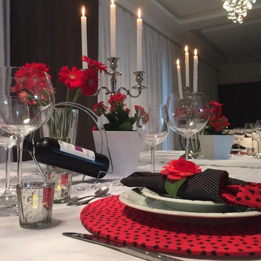 Decoração Dia dos Namorados no jantar com velas e guardanapo