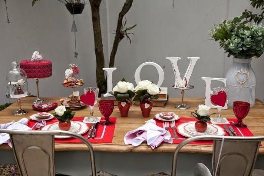Decoração Dia dos Namorados no jantar com letras de MDF
