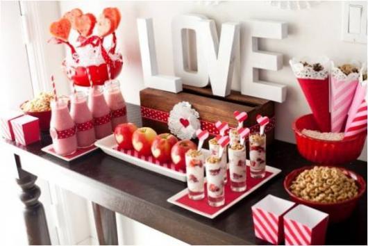 Decoração Dia dos Namorados no jantar com vidros personalizados