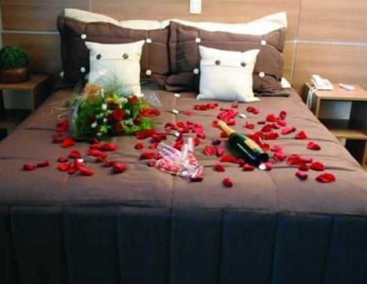 Decoração Dia dos Namorados no quarto com flores e champagne