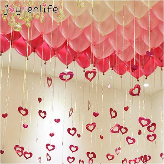 Decoração Dia dos Namorados com balões no teto e corações