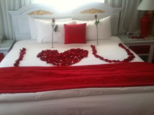 Decoração Dia dos Namorados no quarto com rosas