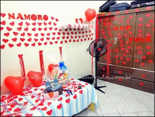 Decoração Dia dos Namorados no quarto com balões e corações de papel