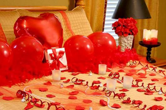 Decoração Dia dos Namorados no quarto com pétalas e balões