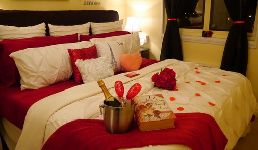 Decoração Dia dos Namorados no quarto com pétalas e champagne
