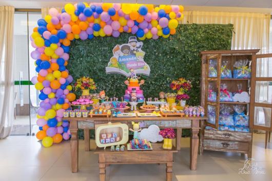 Festa Mundo Bita com arco de balões desconstruído