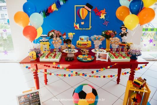 Festa Mundo Bita com balões e caixote amarelo
