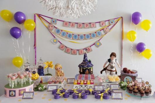 Festa Rapunzel simples decorada com mesa coberta com toalha branca e kit festa feito em casa