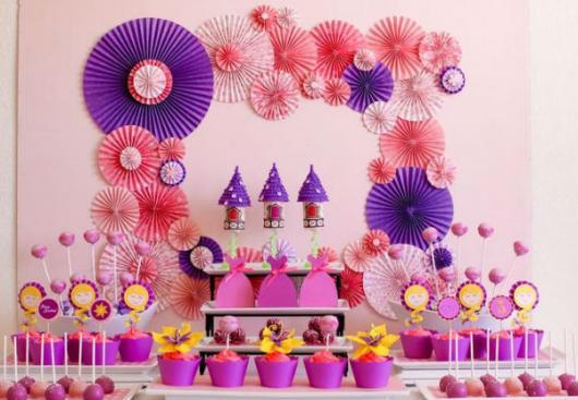 Festa Rapunzel simples decorada com kit festa feito em casa e flores de papel na parede