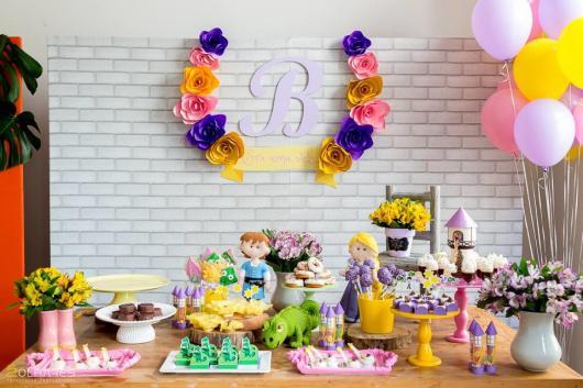Festa Rapunzel simples decorada com painel de papel e personagens de feltro