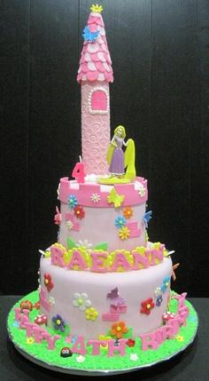 Festa Rapunzel bolo rosa com topo no formato de torre de castelo
