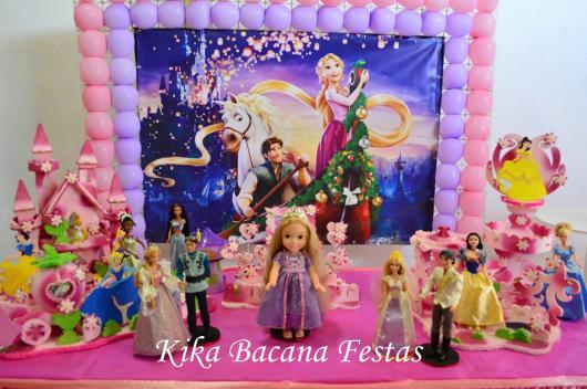 Festa Rapunzel baby com painel personalizado decorado com moldura de balões rosa e lilás