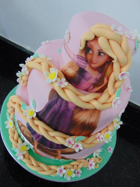 Festa Rapunzel bolo decorado com papel de arroz e trança de pasta americana