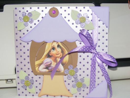 Festa Rapunzel convite scrap com detalhe de laço de fita roxa