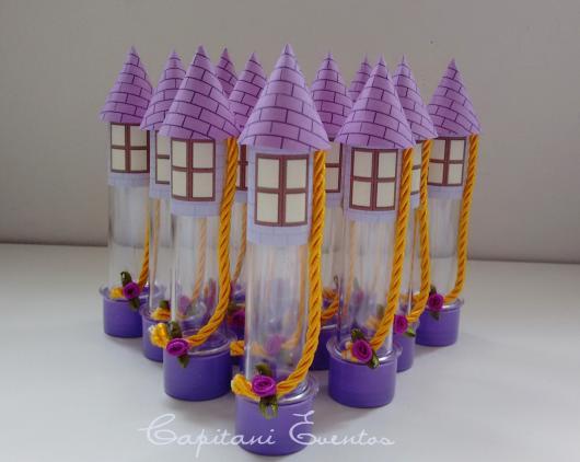Festa Rapunzel tubete para lembrancinha no formato de torre de castelo