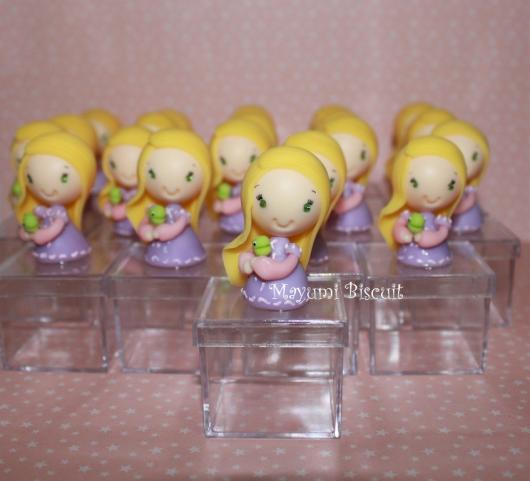 Festa Rapunzel lembrancinha de caixinha com aplique da Rapunzel de biscuit