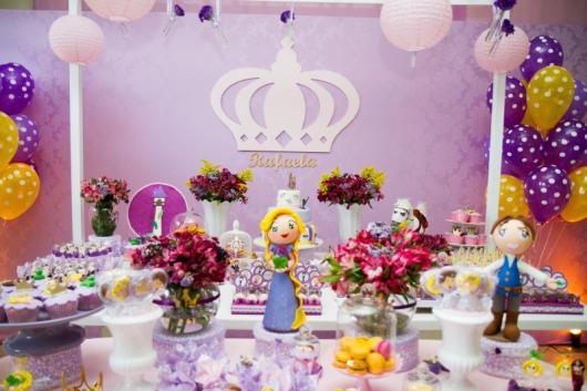 Festa Rapunzel Baby decorado com painel de tecido lilás e aplique de MDF no formato de coroa
