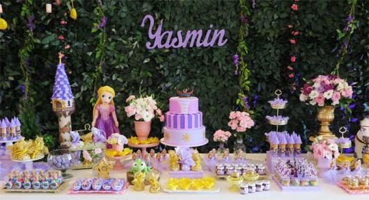 Festa Rapunzel Baby decorado com bonecas e muro inglês