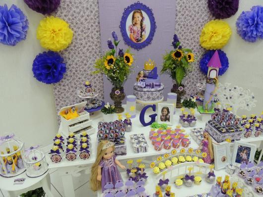 Festa Rapunzel provençal decorada com flores de papel crepom e painel de MDF com foto