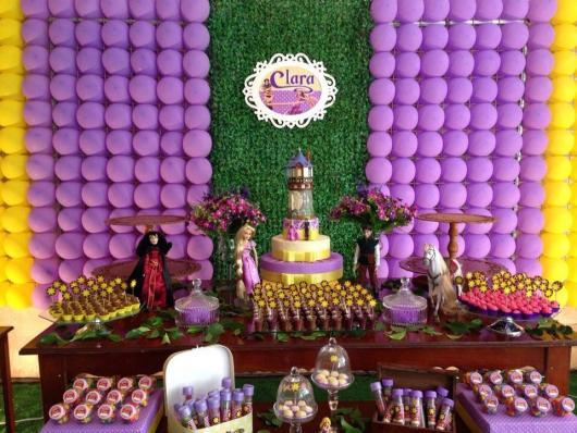 Festa Rapunzel rústica decorada com painel de grama e bexigas