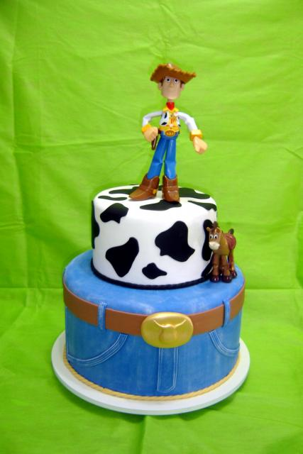 Festa Toy Story 2 andares decorado com pasta americana e topo do Xerife Wood