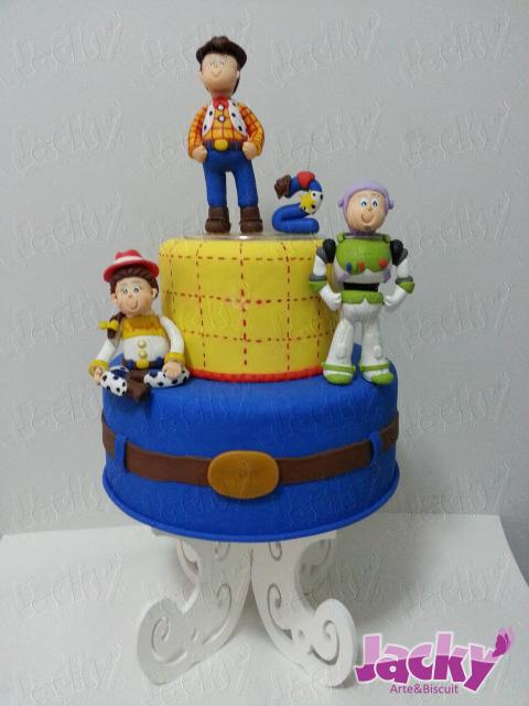 Festa Toy Story bolo fake 2 andares decorado com tecido e personagens de biscuit