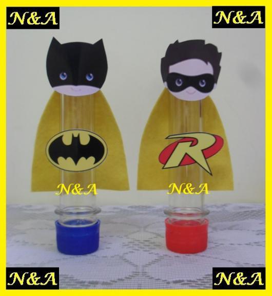 Fotos e Ideias de Lembrancinhas do Batman tubete personalizado com rosto e capa do Batman impresso