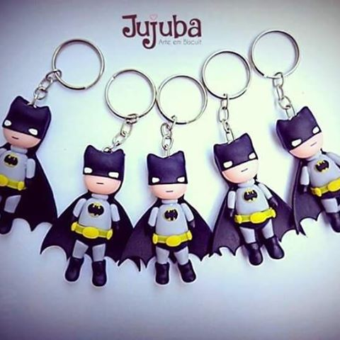 Fotos e Ideias de Lembrancinhas do Batman de biscuit chaveiro do personagem