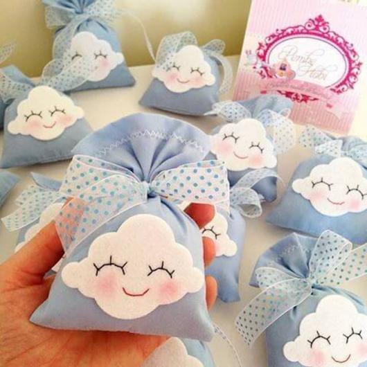 Lembrancinhas Fáceis de Fazer para chá de bebê saquinho surpresa de feltro tema nuvém