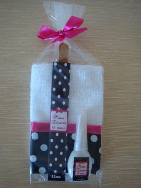 Lembrancinhas Fáceis de Fazer para as amigas kit de unha com esmalte, lixa e toalha