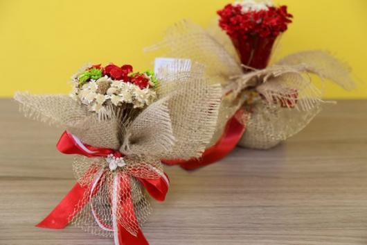 Lembrancinhas Fáceis de Fazer para casamento mini arranjo de flores decorado com juta