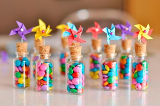 Lembrancinhas Fáceis de Fazer para festa infantil garrafinha com doces decorada com catavento