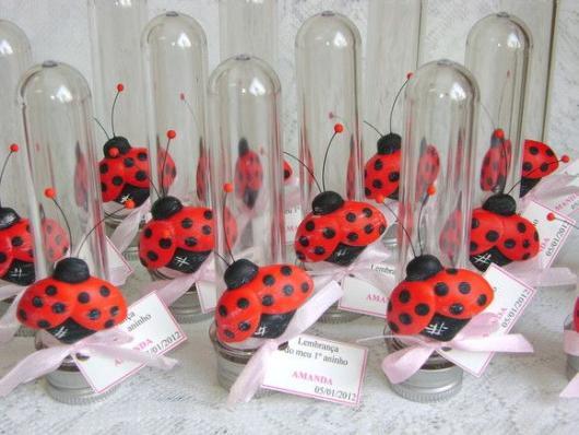 Lembrancinhas Ladybug em biscuit tubete com aplique de joaninha