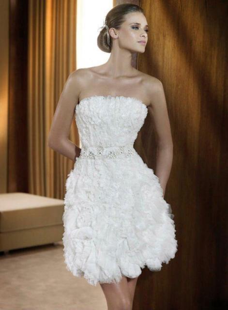 Vestido de Noiva Tomara que Caia curto com pedrinhas na cintura