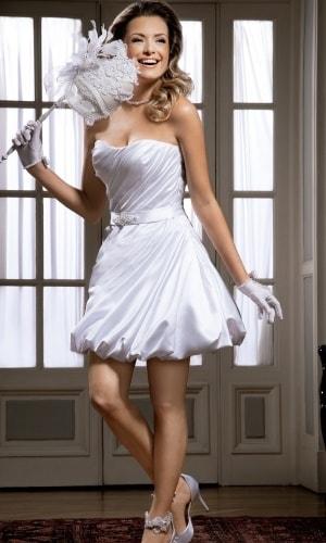 Vestido de Noiva Tomara que Caia com luvas e laço