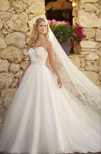 Vestido de Noiva Tomara que Caia com véu longo