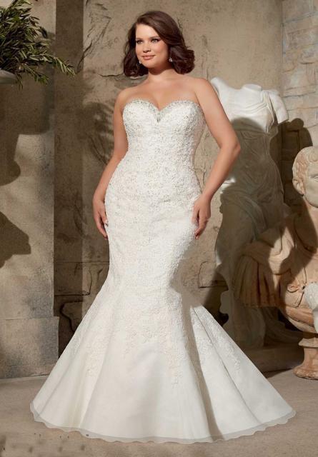 Vestido de Noiva Tomara que Caia com calda e bordado de pedras